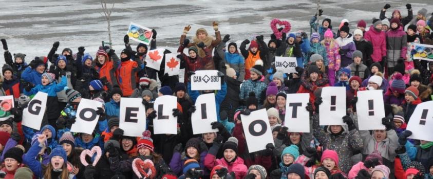 Les élèves encouragent leur athlète olympique